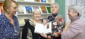 В шелест открывающихся книг шепот закрадется листопада